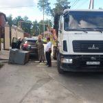 Мусорный контейнер упал на кроссовер в Бердске (фото)