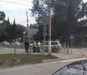Девушка на иномарке в Бердске едва не заехала в парк через забор