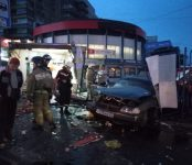 Молодой водитель «Mercedes-Benz» сбил киоски в Новосибирске, смертельно травмировав пешехода