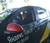 У дома №13 на ул. Пионерской в Бердске полиция задержала неадекватного водителя «Яндекс-такси»