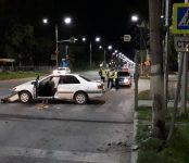 «Гонщик» на «Тойоте» наехал на столб в Бердске и с двумя попутчицами оказался в больнице