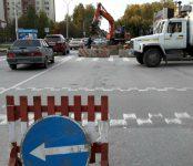 Из-за коммунальной аварии КБУ ограничило движение по улице Лунной в районе «Семи ветров» в Бердске
