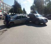 Выезжая с парковок в Бердске, автолюбители попадают в нелепые ДТП