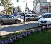 Лексус жёстко «припечатал» Ладу на перекрёстке в центре Бердска