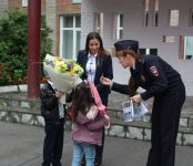 Госавтоинспекторы Искитима поздравили первоклассников и их родителей с Днем Знаний
