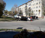 Сотрудник полиции на «Мерседесе» столкнулся с грузовиком в Бердске около автошколы ДОСААФ