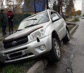 «Toyota RAV-4» подпрыгнул, наехав на поребрик, и заехал в выгребную яму в Бердске