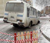 Фотофакт: Автобус провалился в яму во дворе в Бердске
