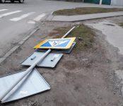 Уронил торговый павильон, оборвал провода и устаревшие афиши штормовой ветер в Бердске