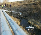 В Новосибирской области ВАЗ рухнул в реку: водитель погиб