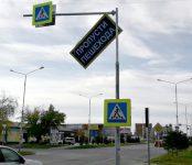 Фотофакт: Дорожный указатель повис над пешеходным переходом в Бердске