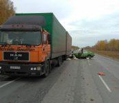 Водитель грузовика и пассажирка «копейки» погибли на трассе в Новосибирской области