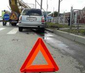 Девушка на «Ниссане» снесла пешеходное ограждение на перекрёстке в Бердске