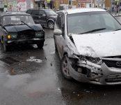 Жёсткое столкновение ВАЗа и «Мазда» в центре Бердска обошлось без пострадавших