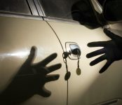 В Новосибирске полицейские раскрыли угон автомобиля с СТО