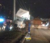 Пассажирка грузового «Хёндэ» скончалась после наезда авто на столб в Новосибирске