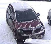 Volkswagen Polo наехал на припаркованный авто в Бердске и скрылся с места происшествия (видео)