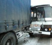 Семь пассажиров пострадали в результате столкновения автобуса с фурой в Бердске