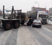 Две легковушки зацепил лесовоз на трассе в Бердске