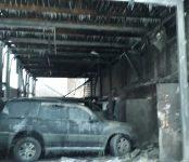 Сгорели четыре автомобиля в пристройке к СТО недалеко от пожарной службы в Микрорайоне Бердска