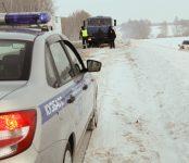 В Кузбассе сотрудники ГАИ помогли выбраться из снежного плена жителям НСО