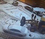 Убирая снег во дворе дома в Бердске, погрузчик зацепил припаркованную «Тойоту»