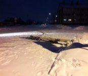 Неизвестная спецтехника свалила столб по дороге на Белокаменный в Бердске
