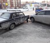На дороге у «Родины» в Бердске не разъехались «Тойота» и ВАЗ