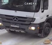 Мусорщики в Бердске сложили пакеты мусором на припаркованную во дворе легковушку