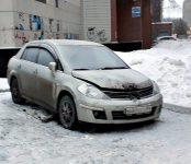 Выгорел моторный отсек у «Ниссана» ночью в Микрорайоне Бердска
