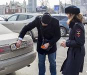Гаишники Новосибирска раздали водителям грязных машин влажные салфетки