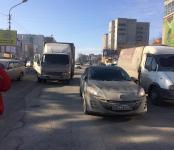 Девушка на «Мазде» поцарапала грузовик в Бердске