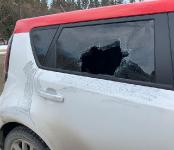 Разбили стекло иномарки, припаркованной у лагеря в Бердске и утащили ноутбук
