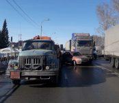«Лада» под управлением  пожилого водителя попала между двух грузовиков на федеральной трассе в Бердске