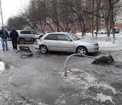 Изуродовал два автомобиля очередной «лунатик» на «Мицубиси Лансер» в Бердске