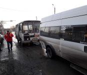 Автобус №4 «догнал» маршрутку №325 в Бердске