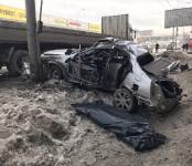 В жёстком столкновении с грузовиком и столбом погиб пассажир легковушки в Новосибирске