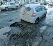 «Хонда» провалилась в промоину на улице Первомайская в Бердске