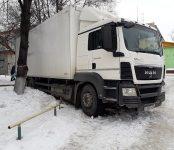 Фура из Барнаула пробила бензобак во дворе в Бердске