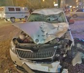 Двух пешеходов сбила «Шкода» в Новосибирске (видео)