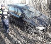 Неизвестный на «Мазде» в Бердске проломил ограждение и улетел в рощу
