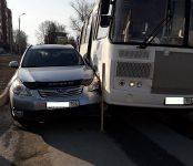ПАЗик из Кольцово зажал стоящую у светофора в Бердске легковушку