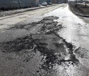 На Попова и Спортивной в Бердске засыпали ямы горячим асфальтом