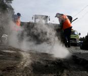 Опасные ямы на Бердском шоссе закатали горячим асфальтом