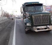 Фура уложила 20 метров дорожного ограждения на трассе Р-256 в Бердске