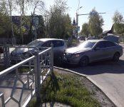 Из-за «некорректного светофора» в Бердске столкнулись «Мерседес» и «ДЭУ» (видео)