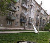 Металлопрофиль свалился с крыши дома на тротуар в Бердске