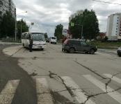 Служебный автобус врезался в кроссовер на перекрёстке в Бердске