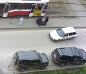 Выбрасывают пассажиров трамвая на одной и той же остановке в Новосибирске
