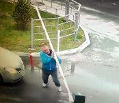 Неадекватный автолюбитель расправился со шлагбаумом в дворе Бердска